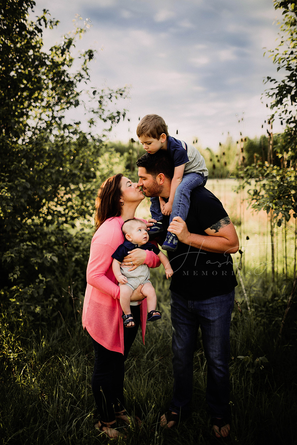 summer outfits for family photos, family poses mom and dad kissing by Noblesville Photographer Hashtag Memories Photography