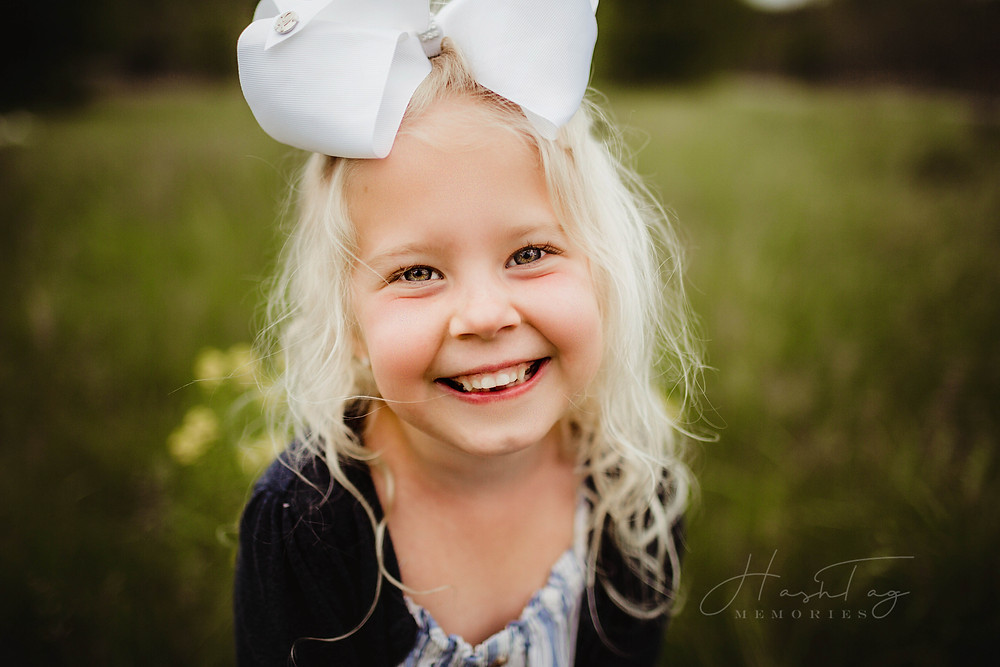 big sister in giant white bow, field family photography, noblesville