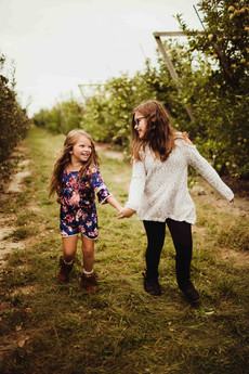 noblesville photographer mini sessions at Tuttle Farm Apple Orchard