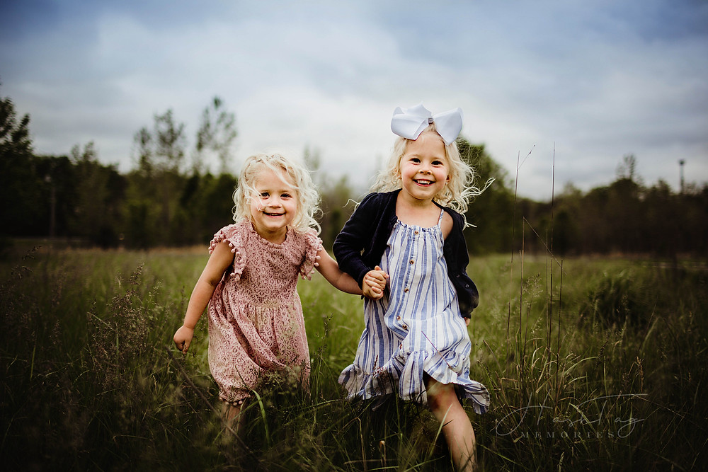 kids playing in field during family photos, noblesville Indiana