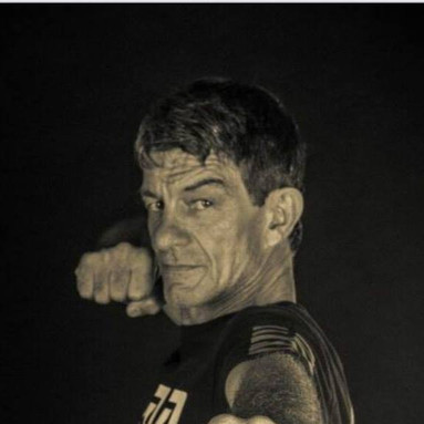 Dan Duby, Savate Professeur, opened up the first USA Savate Salle  which taught Savate and Jeet Kune Do.