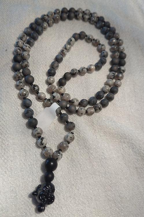 Graue Mala mit schwarzem Buddha Kopf -  Gebetskette mit 108 Perlen