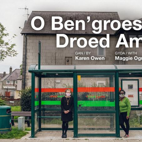 Adolygiad: O Ben'groes at Droed Amser