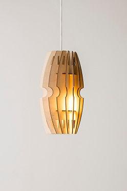 Designlamper-lampe i birketræ med smukt, behageligt lys og flot glød. Designer lampe fra handmadebyhenning.com