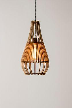 Designer lamper - designlamper fås som pendel, standerlamper og bordlamper. Smukke, skandinaviske-trælamper fra handmadebyhenning – køb online lige her