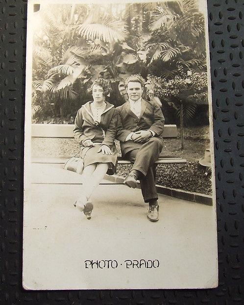 Foto Postal Antiga - Casal no Parque