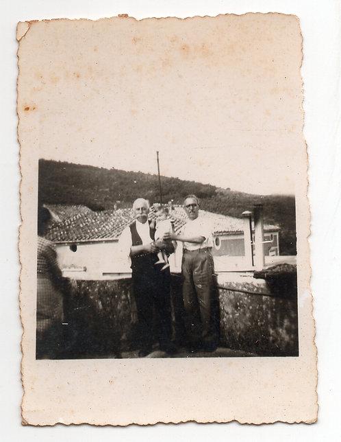 Foto Antiga -  Bebê com os Avós