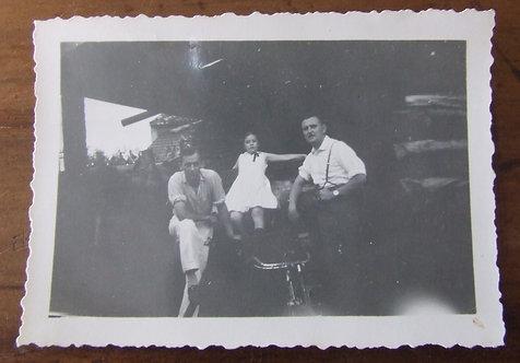 Foto Antiga - Menina e os Tios