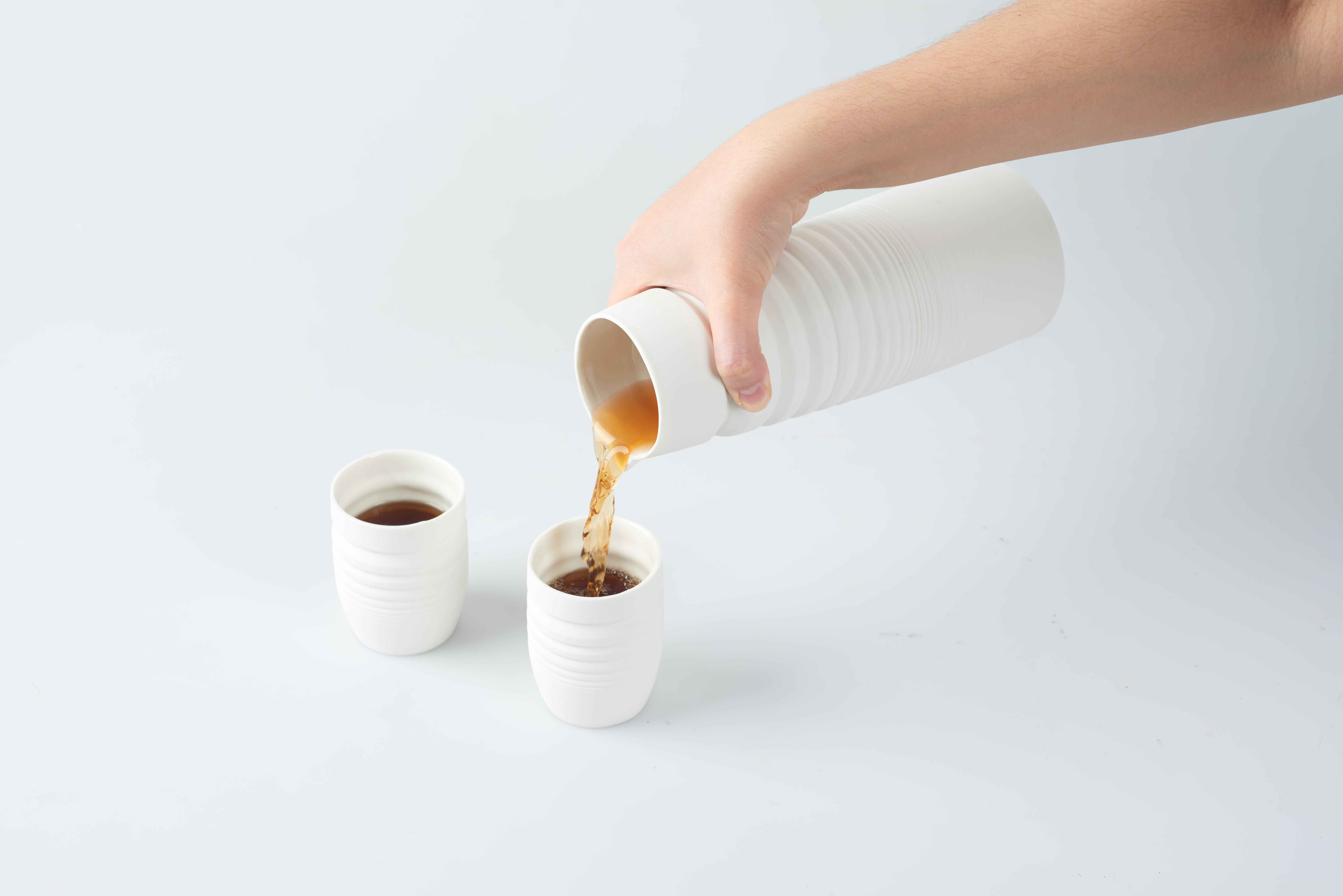 Teekanne&Becher eingießen