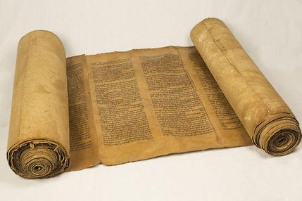 Rouleau de Torah encré sur du gevil