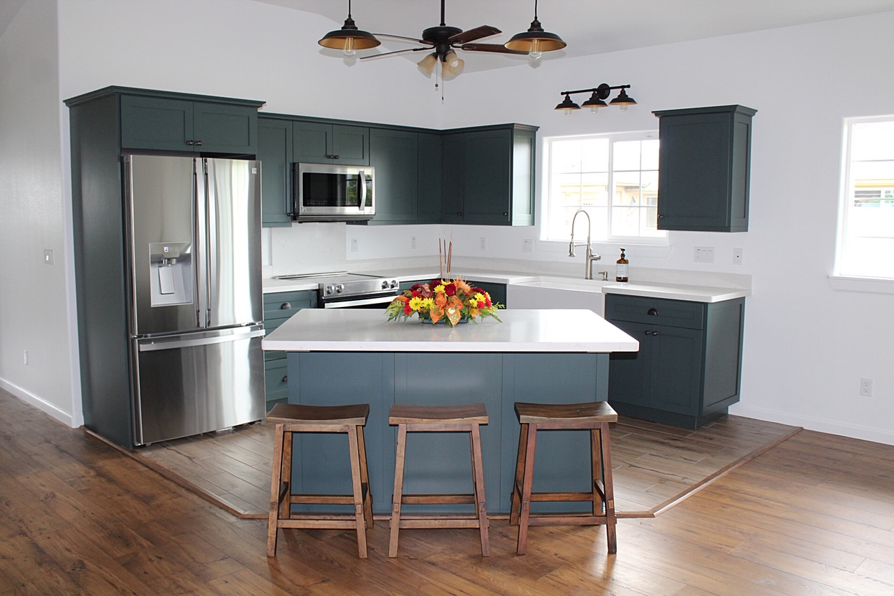 Shaker Style | PG Hardwood | Black Spruce Conversion Varnish Paint | LG Viatera Quartz