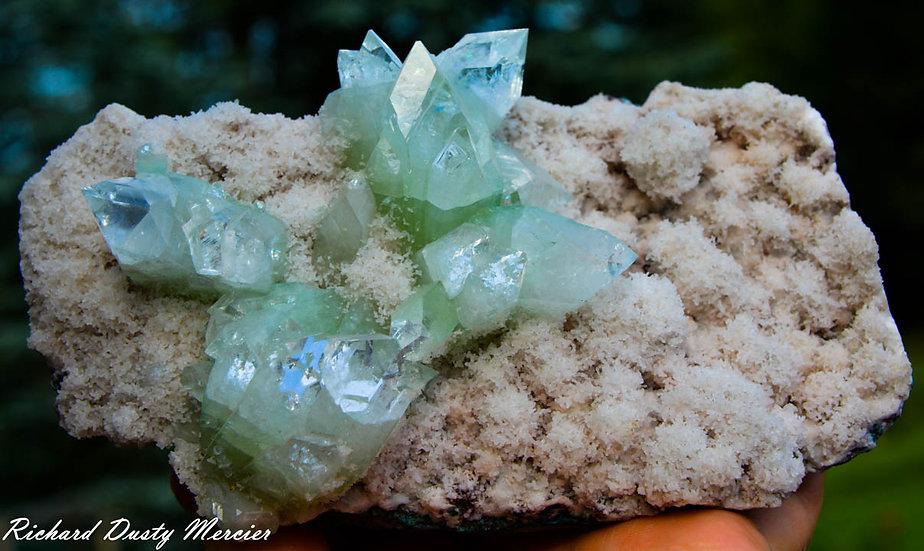 Apophyllite verte pointe sur Calcédoine