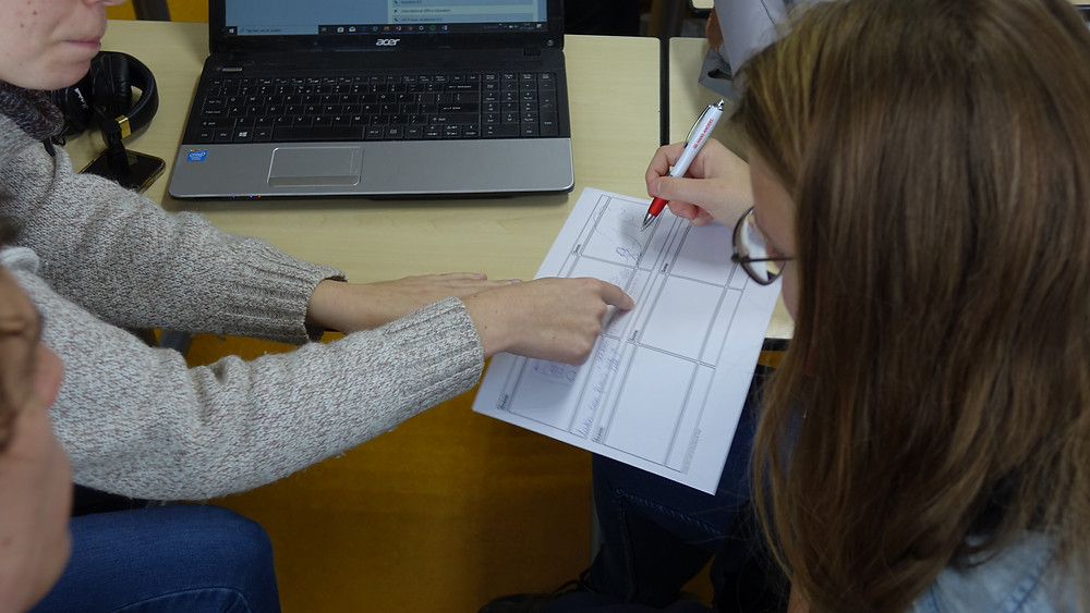 2 leerlingen met storyboard achter computer