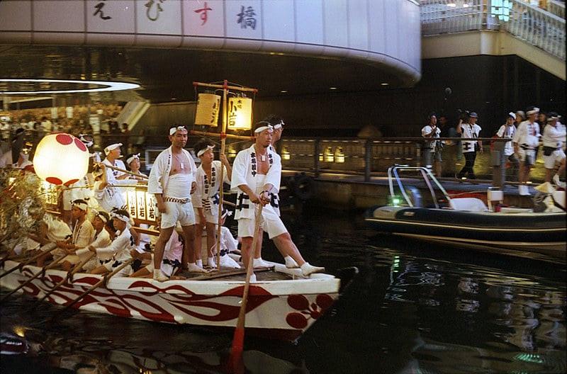 Peserta Festival sedang menaiki kapal pada saat perayaan Tenjin Matsuri. Funa Togyo (sc: by_ lestorlacle_Flickr)