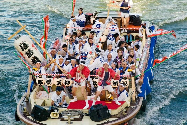 Peserta Festival sedang menaiki kapal pada saat perayaan Tenjin Matsuri. Funa Togyo.