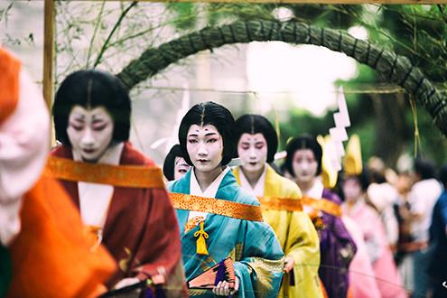 Wanita yang sedang melakukan prosesi Ritual Nagoshi Harai Shinji