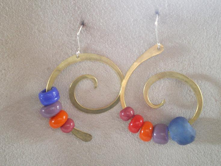 Espiral desigual en latón y colores
