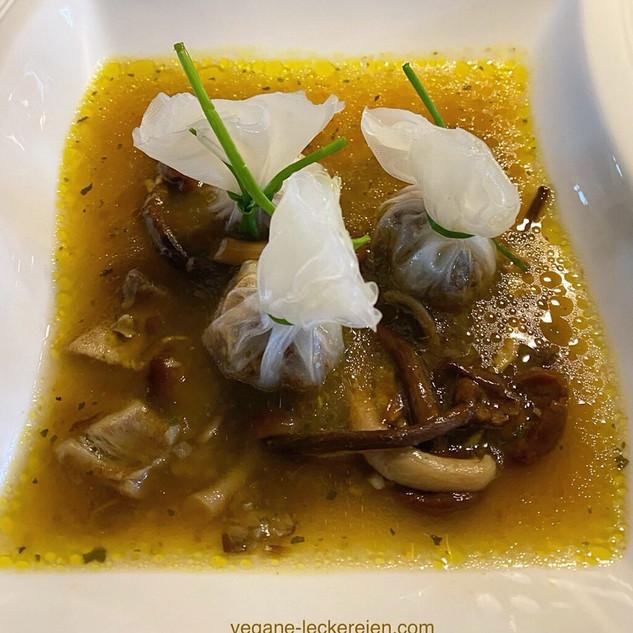Pilzkraftbrühe mit Champignon-Dattel Dumplings