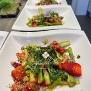 Wildkräuter-Erdbeersalat mit mariniertem weißen Spargel