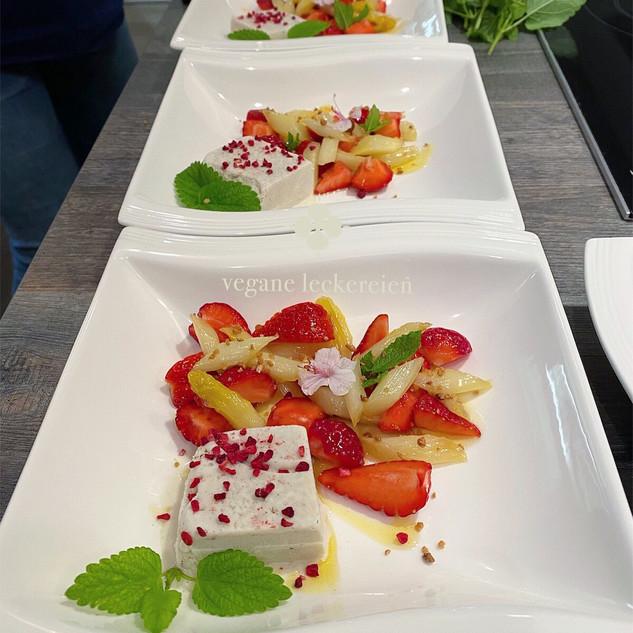 Karamellisierter weißer Spargel mit Erdbeeren und Vanille-Joghurteis