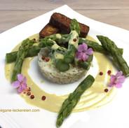 Grüner Spargel auf Sauce Hollandaise mit Basmati Vollkornreis und knusprigem Räuchertofu