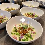 Spargelcremesuppe mit Kräutercroûtons und gedünsteten grünen Spargelspitzen