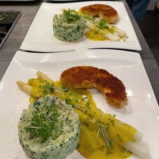 Wildkräuter Kartoffelpüree mit Spargel und Sauce Hollandaise und Sellerieschnitzel