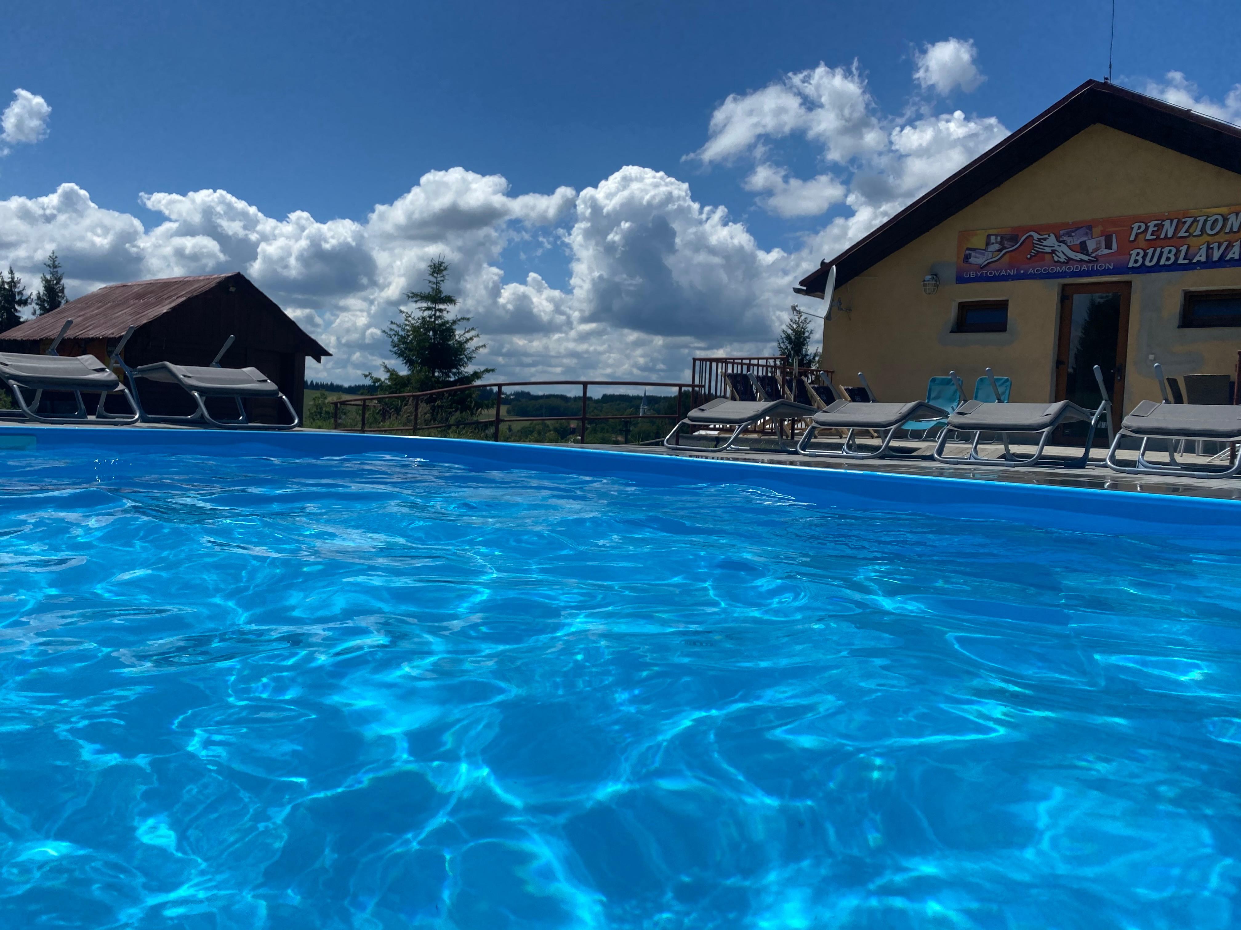 Bazén se sluneční terasou