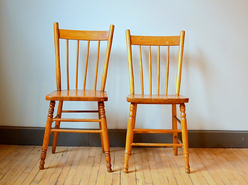 Chaises en bois dépareillées