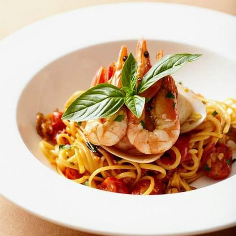 Spaghettoni with Prawns, Basil and Cherry Tomatoes