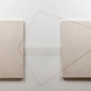 Entre deux -dimensions relatives Poudre de marbres sur toile, pigments, fils élastiques rouges et blancs, dimension variable  2015