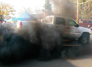 Черный дым из выхлопной трубы – причины, последствия и способы решения.
