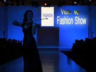 Geigerin für eine Fashion Show
