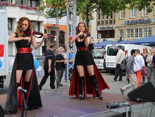 Violinen Duo Laruan bei dem Israel-Tag in Zentrum von Köln
