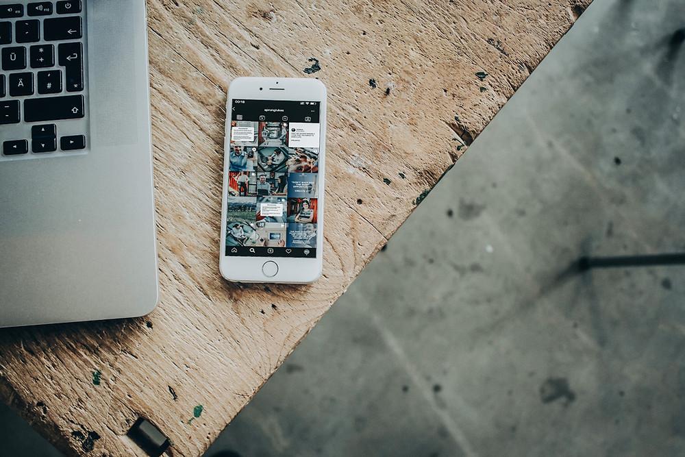 Instagram Feed von @sprungconsulting auf einem Handy-Mockup