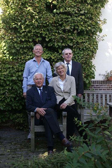 Foto van het bestuur van het Eva van Hoogeveenhof.