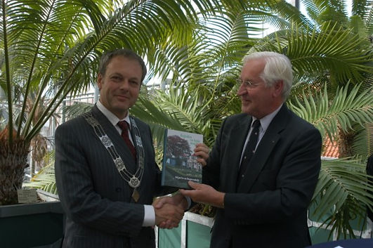 """Presentatie van het eerste boek """"Regenten en kuise maagden"""" door J.H. Huizenga (R) aan H.H.J. Lenferink, burgemeester van de gemeente Leiden, op 5 oktober 2007 in de wintertuin van de Hortus in Leiden. (foto Anja de Wit)"""