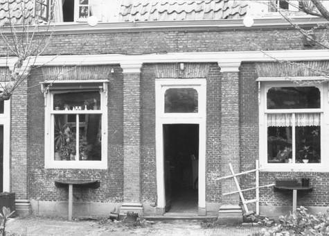 De gevel na aanvang van de renovatie. Duidelijk zijn de door A. van 's-Gravensande ontworpen pilasters. (Foto A. de Jong)