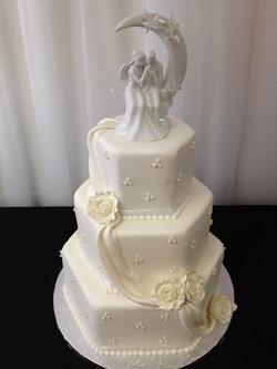White wedding cake_edited