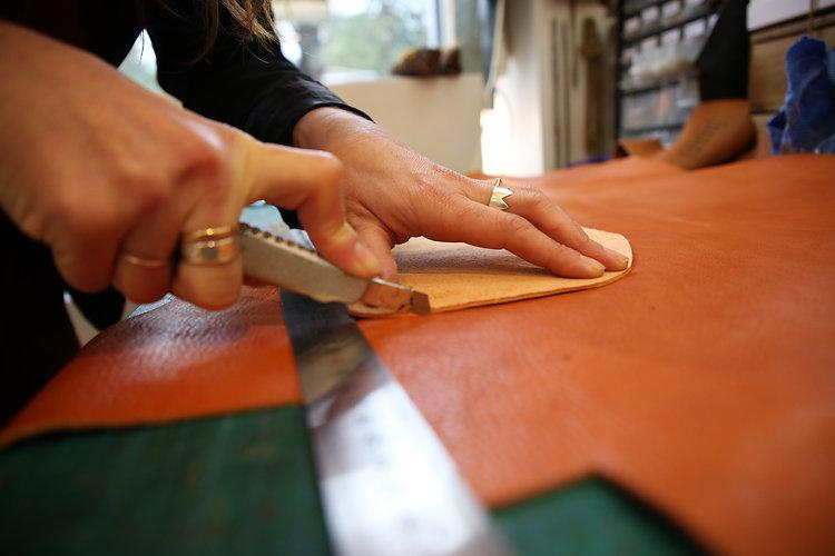 fabrication maroquinerie, decoupe du cuir