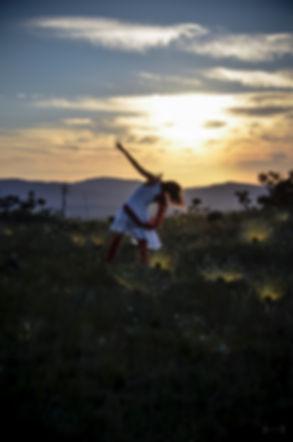 CHAPADA DOS VEADEIROS    Para nutrir processos de criação unindo a relação entre as artes, as ferramentas sociais e a ecologia. A primeira edição da residência artística aconteceu na Chapada dos Veadeiros no intuito de dar visibilidade ao Cerrado, bioma que abriga as nascentes de três importantes bacias hidrográficas, é considerado o berço das águas e tem uma biodiversidade extremamente abundante. A maior savana do planeta é um doshotspotsmais ameaçados do mundo por setores econômicos do agronegócio como a monocultura, a pecuária e a retirada de madeira para carvão, estas atividades vêm descaracterizando a Chapada, podendo prejudicar sua economia local, absolutamente dependente da preservação de sua paisagem natural.  Ressonâncias da dança – residência artística se desdobra no fortalecimento da economia com foco no turismo ecológico e de experiência, contribuindo com as principais pautas socioeconômicas e ambientais da região, de modo a amplificar e fortalecer a área artística e cu
