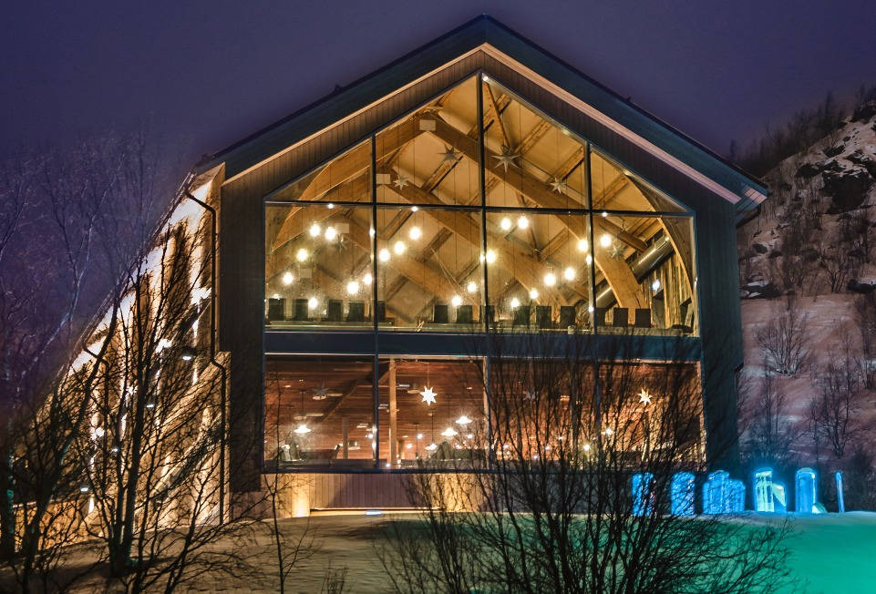 Looking for the best restaurant in Kirkenes? Snowhotel Kirkenes restaurant serves exclusive arctic food to both overnight guests and dinner guests, in unique surroundings with a fjord view in Kirkenes, Norway