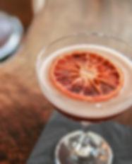 Cocktail com fatia alaranjada