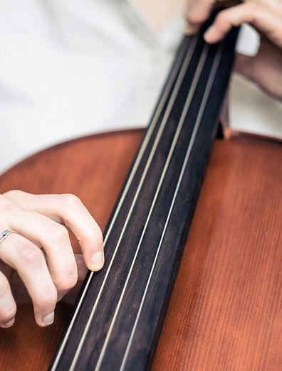 演奏大提琴