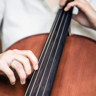 que toca el violoncelo