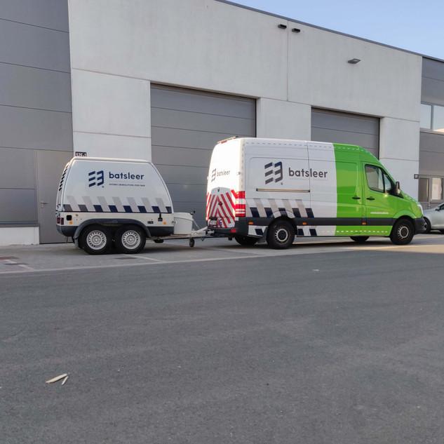 halve wrap op bestelwagen en medium bestickering op aanhangwagen