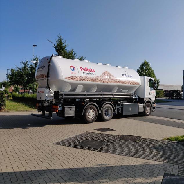 large bestickering tanker