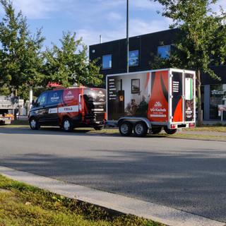 large bestickering op kleine bestelwagen en full wrap op aanhangwagen