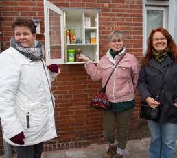 Monique (rechts) is Buurtverbinder voor de voedselkastjes in het Blauwe Zand en van de weggeefwinkel in de Beemsterstraat (vanaf januari op Bakkumstraat 41)