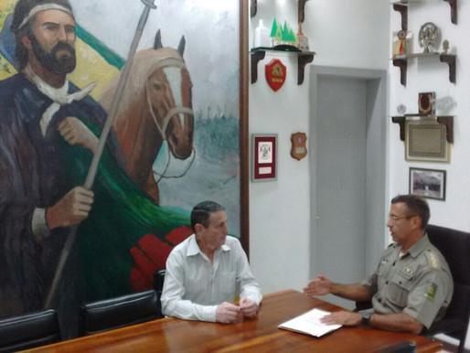 Comandante do 2º RPMon recebe visita da Associação Rural de Santana do Livramento